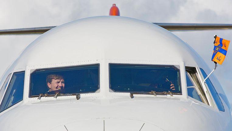 Koning Willem-Alexander achter de stuurknuppel van de BH-KBX. Beeld anp