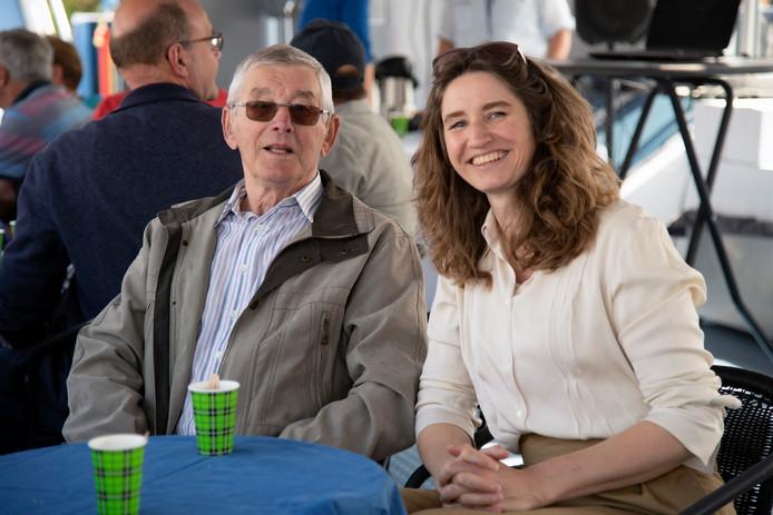 Sharon Gesthuizen met haar vader op de boot Rhenus Vahalis, voorafgaand aan boekpresentatie 'Millingen aan de hijskraan'.