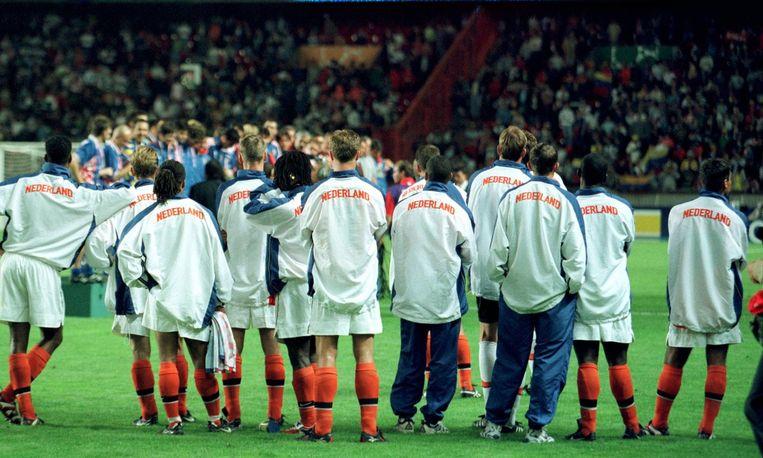 Het Nederlands elftal kijkt naar het Kroatische elftal dat de bronzen medailles ontvangt. Beeld ANP