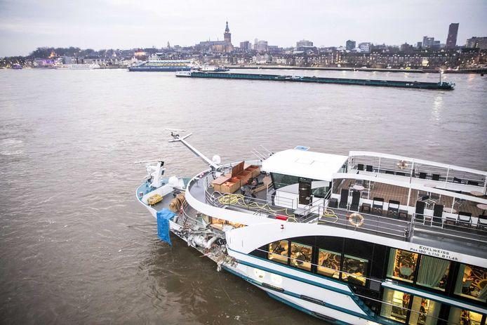 De Edelweiss ligt de ochtend na de aanvaring deels onder de spoorbrug bij Nijmegen.