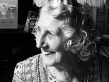 Nell (85) uit Zwolle leefde van snippertjes geluk: 'Die witte strepen in de hemel? Dat is mijn moeder op haar scootmobiel'