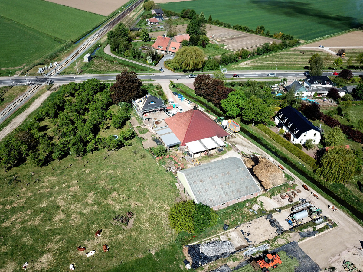 De Rijksweg-Zuid in Elst met links het boerenbedrijf en rechts de (witte) woning van de familie Bakker.