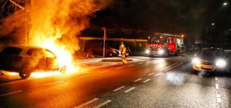 Auto in brand aan Waterstraat in Velp