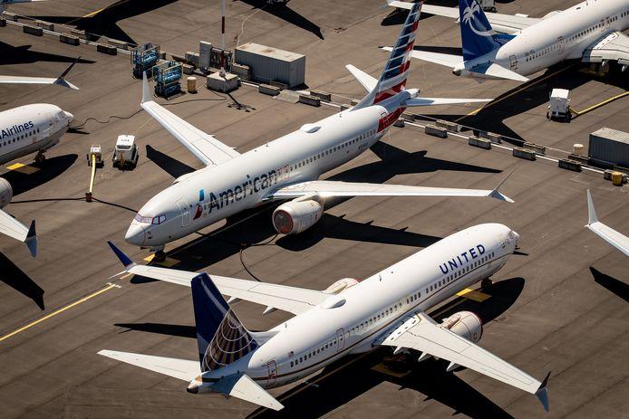 Vliegtuigen van Amerikaanse vliegtuigmaatschappijen staan aan de grond op een Amerikaanse luchthaven.