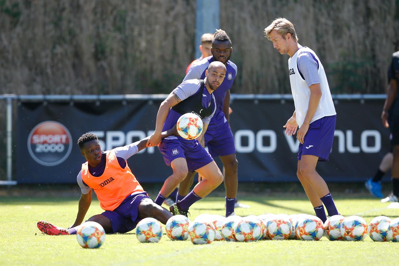 Sidney Sam (m) op de training van Anderlecht in duel met Jeremy Doku. Rechts Michel Vlap.