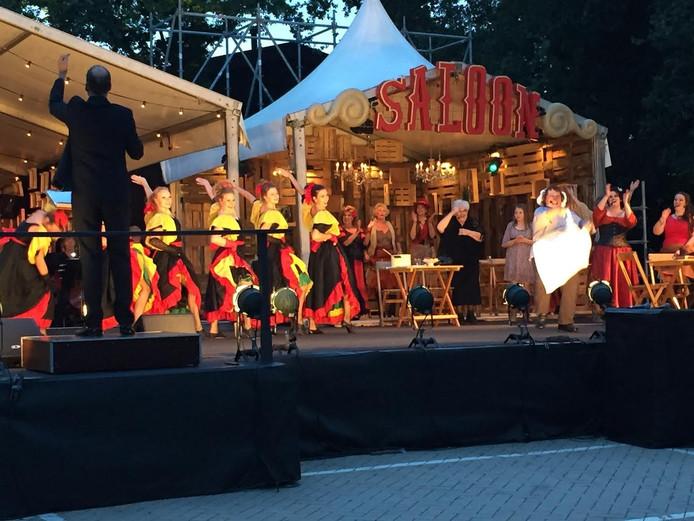 De Vliedbergse zangers werden enthousiast door het Regionaal Symfonieorkest Oss onder leiding van Jacco Nefs begeleid.