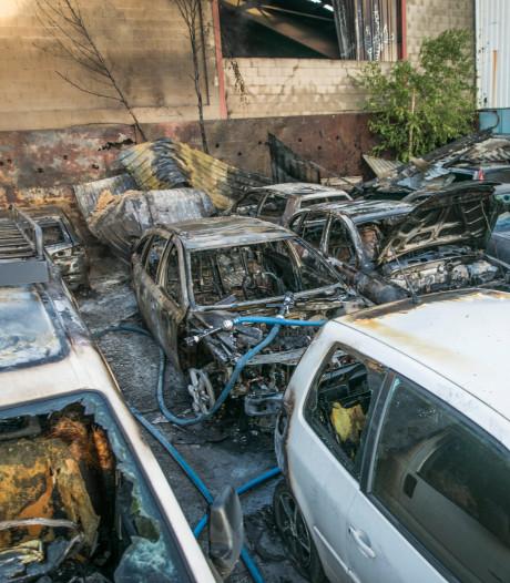 Politie gaat uit van brandstichting bij loods met tweedehands auto's in Nijmegen