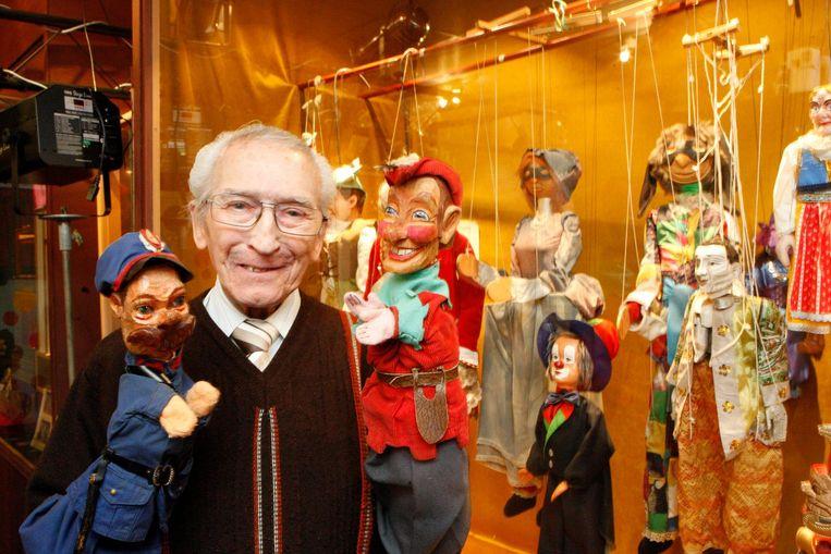Albert Vandersteen met de poppen veldwachter Klopstok en Tijl in de hand.