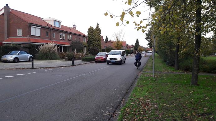 Op De Wittenhagen in Harderwijk worden aan weerszijden rode fietsstroken gemaakt. De rijbaan wordt bovendien twee meter smaller voor parkeerplaatsen.