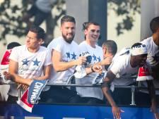 Trotse wereldkampioen gehuldigd in Parijs