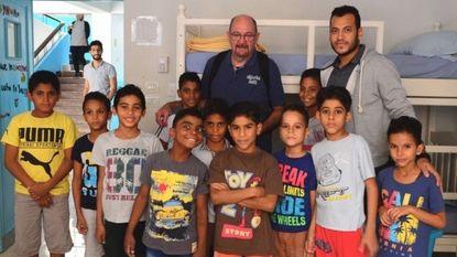 Etienne Cloots schenkt met FACE goederen aan weeshuis in Caïro