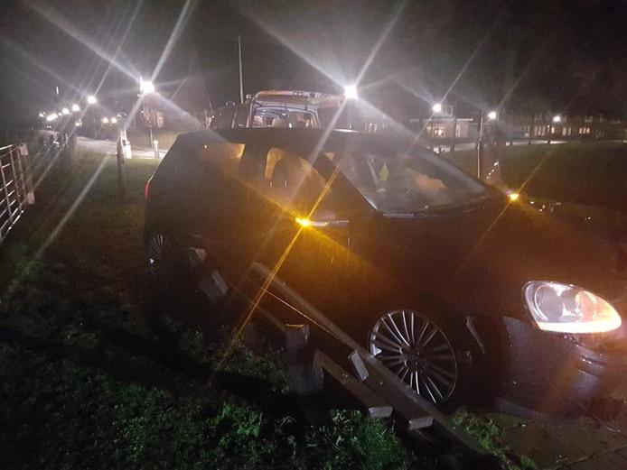 De auto ramde onder meer een bankje.