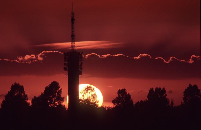 Zonsondergang bij de tv-toren in Roosendaal.