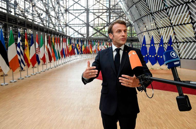 De Franse president Emmanuel Macron bij zijn aankomst op de speciale top in Brussel.