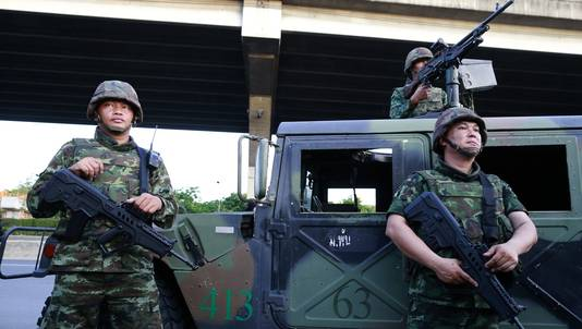 Thaise militairen controleren de straten in Bangkok