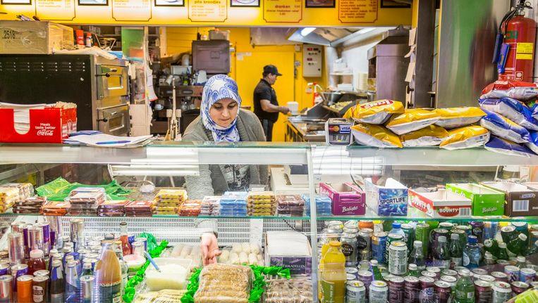 Mustafa El Nali en zijn vrouw Latif aan het werk in snackbar Twins. Beeld Tammy van Nerum
