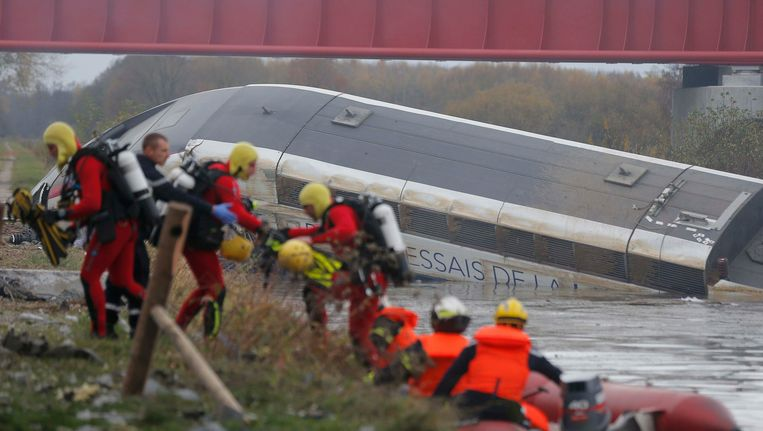 Franse reddingswerkers zoeken in de restanten van de trein naar overlevenden. Beeld REUTERS