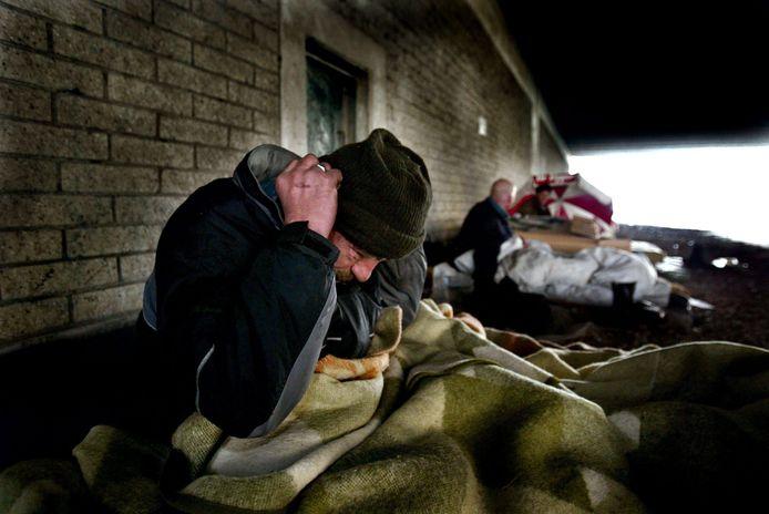 Daklozen trotseren de kou onder een brug.