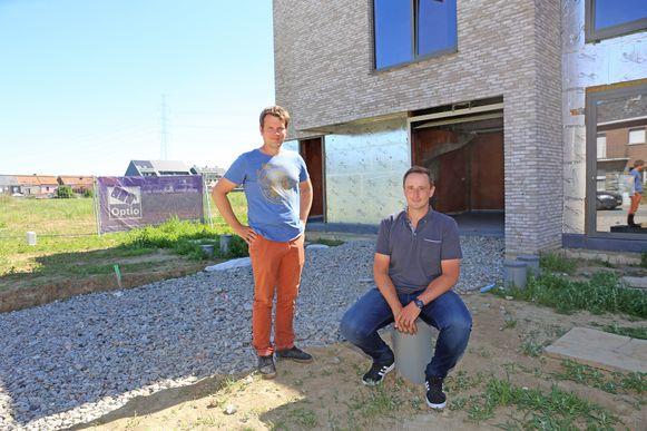 Projectleider Jeroen Albrecht en immobiliënmakelaar Jan De Bisschop bij de eerste woningen van het project Park Puur.