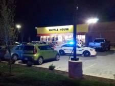 Naakte schutter doodt vier mensen in restaurant VS; klant voorkomt erger