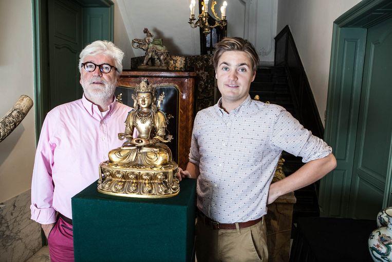Peter en Nathan Loeckx bij het zeldzame Chinees-Tibetaanse beeld.