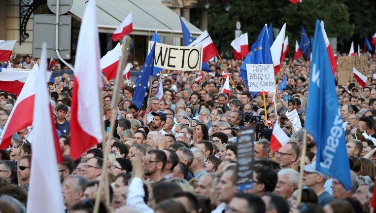 Polen gaan de straat op om te protesteren tegen de omstreden wetswijziging. Beeld null