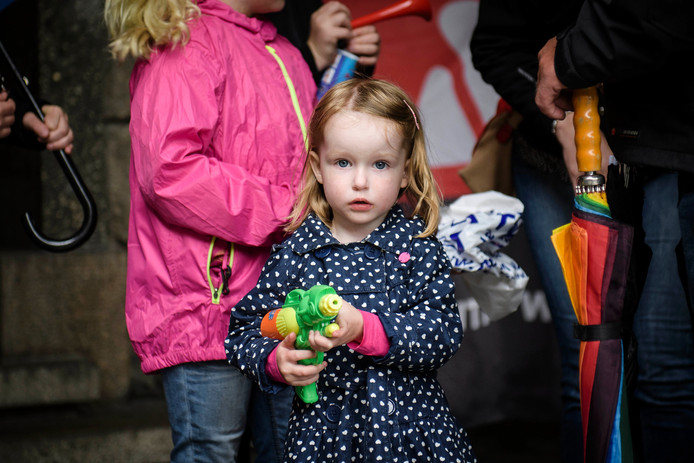 Voorafgaand aan de raadsvergadering over bezuinigingen op sportaccommodaties en zwembaden was er een ludiek protest van kinderen uit Glanerbrug: bewapend met waterballonnen en waterpistolen.