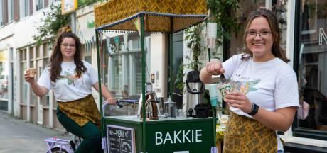 Zusjes Tseng serveren Haags bakkie troost aan wandelaars