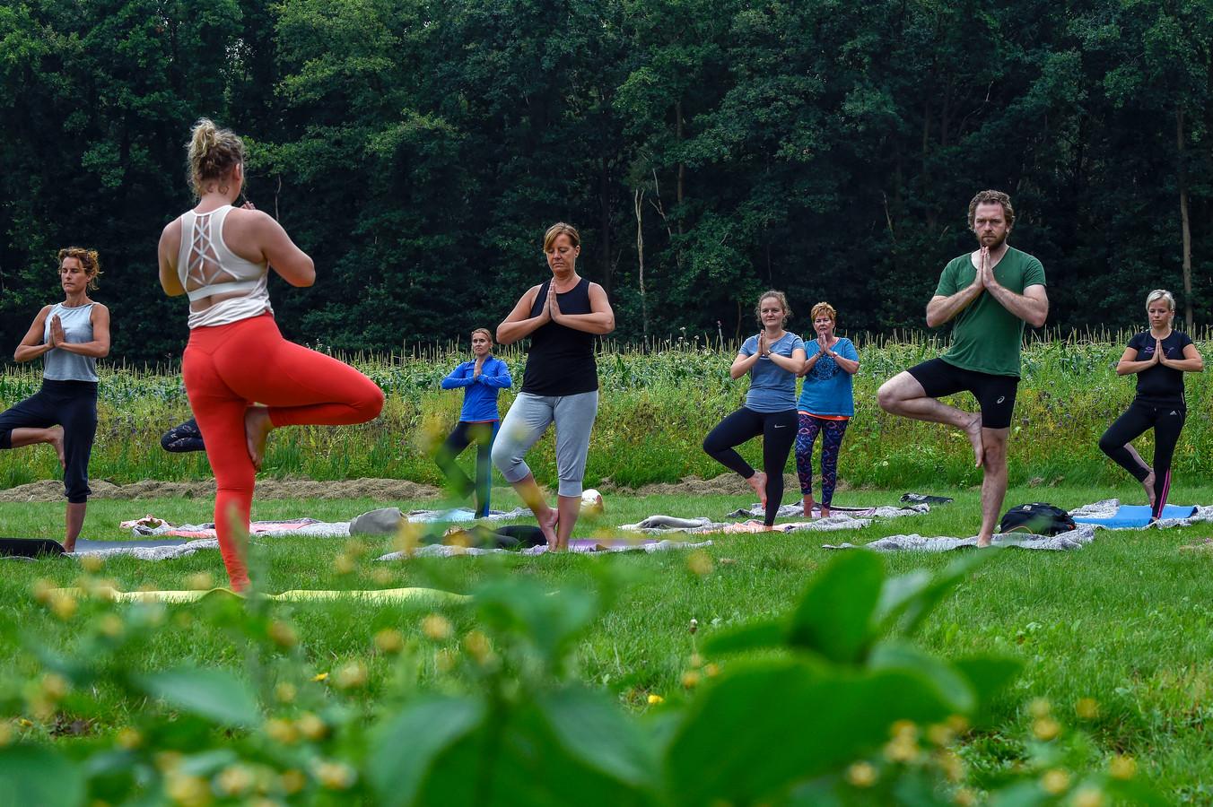 SoHam yogastudio verzorgt af en toe yogales tussen het fruit en de groenten bij Franken Fruit.