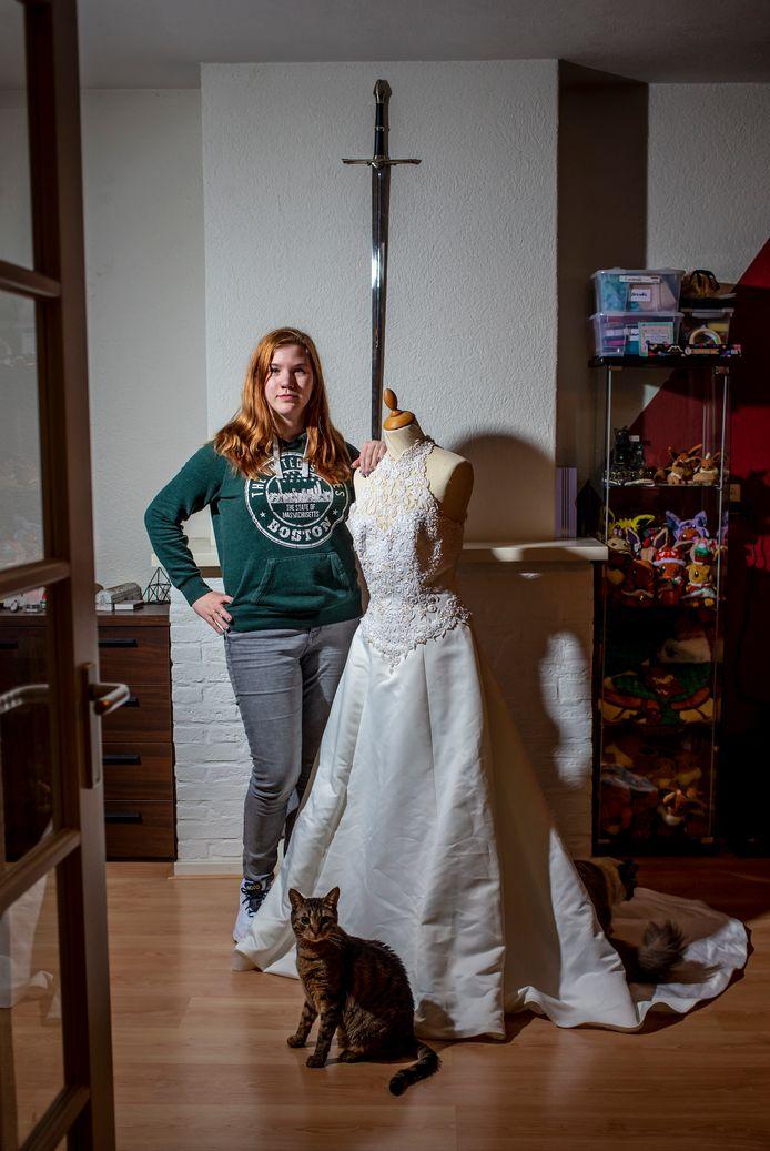 Laurena kan weer staan, naast haar oude trouwjurk. Haar nieuwe blijft geheim tot de trouwdag.
