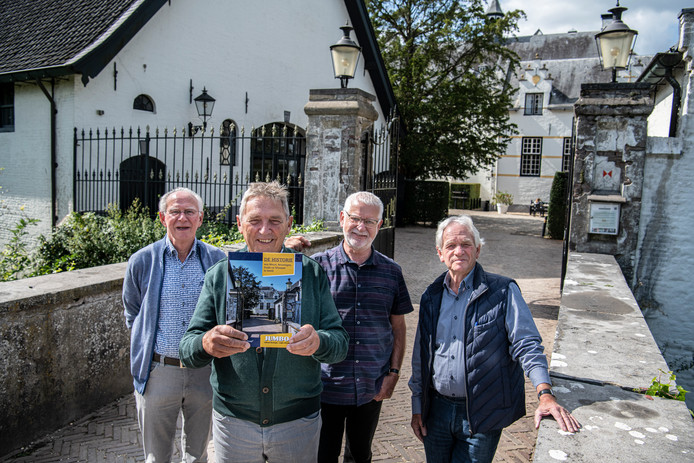 Vlnr. Paul Smits, Adriaan Maters, Wil Repkes en Pieter van Os met het resultaat van hun inspanningen.