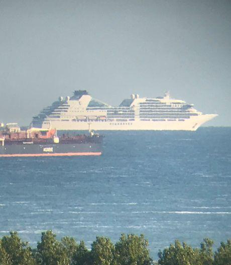 Haagse horizon gevuld met immense cruiseschepen