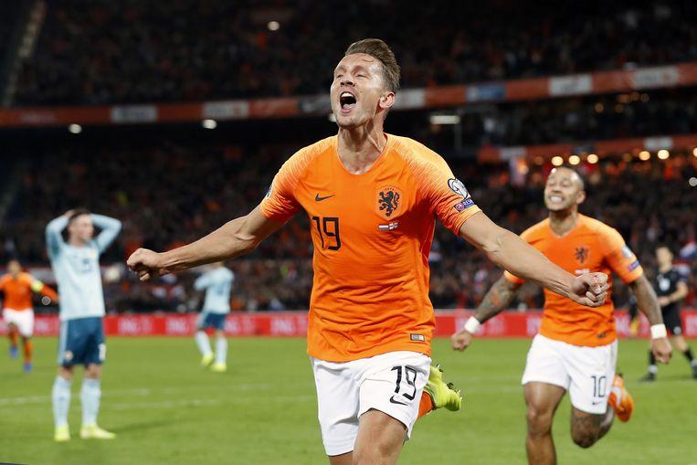 Luuk de Jong juicht na door hem gescoorde 2-1 tijdens de wedstrijd Nederland tegen Noord-Ierland  Beeld null