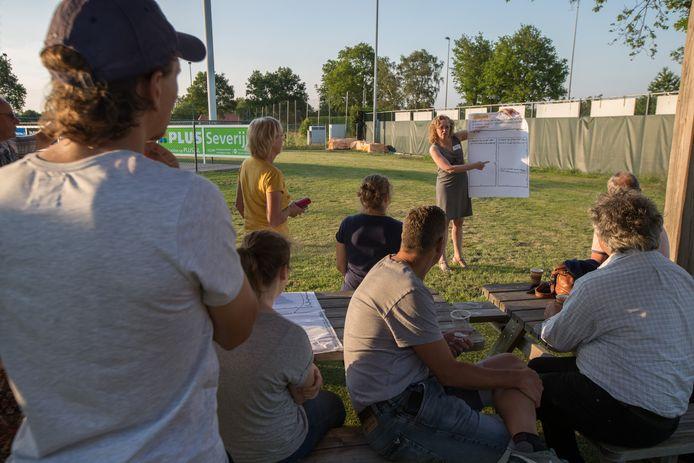 Aan de rand van het buitenbad in Heeten wisselen inwoners met elkaar van gedachten voor de burgerbegroting.