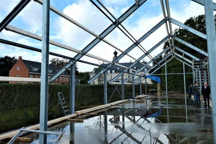 De bouw van de nieuwe veldschuur is in volle gang op Nieuw Herlaer.