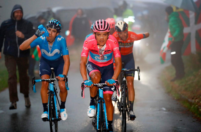 Richard Carapaz (midden) weerstaat dinsdag de aanvallen van de Italiaan Vincenzo Nibali (rechts), mede dankzij de steun van ploeggenoot Mikel Landa (links). Beeld Luk Benies / AFP