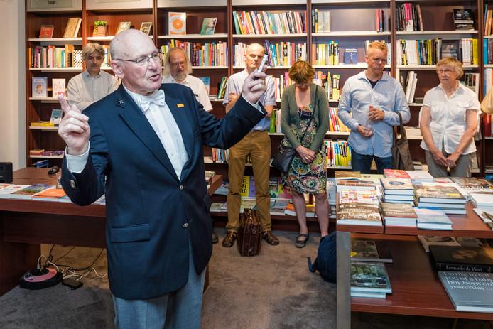 Bij boekhandel Haasbeek aan de Julianastraat in Alphen presenteert rekenwonder Willem Bouman zijn boek 'De kunst van het hoofdrekenen'.