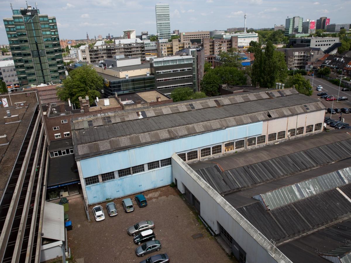 Het Van der Meulen-Ansems-terrein (nu ook bekend als VDMA) met links de zusterflat aan de Vestdijk, in het midden de oude luciferfabriek en rechts de voormalige Ford-garage.