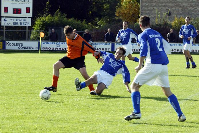 Beeld van Bruheze - NWC in oktober 2003. Zondag treffen beide ploegen elkaar in de vierde ronde van de districtsbeker.