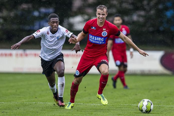 Kevin Felida (links) kwam deze zomer in de oefenwedstrijd tegen De Graafschap ook al in actie voor het eerste elftal van FC Den Bosch. Hier duelleert hij met Lars Nieuwpoort.