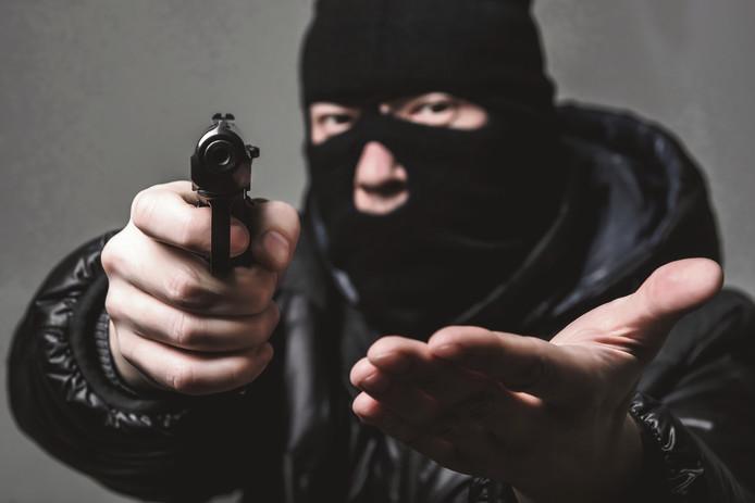 Bij vier gewapende overvallen in Twente werd veel geweld gebruikt.