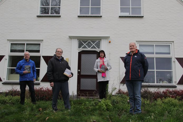De eerste boeken werden overhandigd door Johan Bekhuis aan v.l.n.r. Theo Janssen, Henk Burgers en werhouder Fleuren.