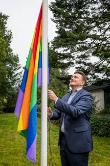 Wethouder hijst regenboogvlag; zijn gemeente Rijssen-Holten niet