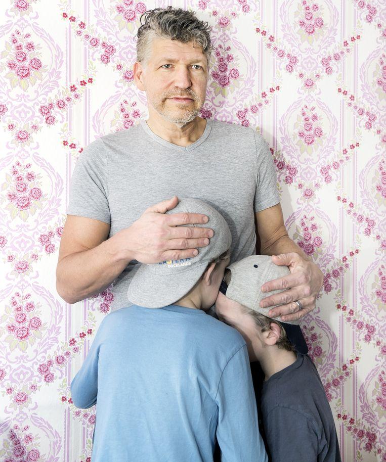 Edgar Koning met twee van zijn drie kinderen. 'Mijn scheiding is een van de heftigste dingen die ik heb meegemaakt.' Beeld Sanne De Wilde