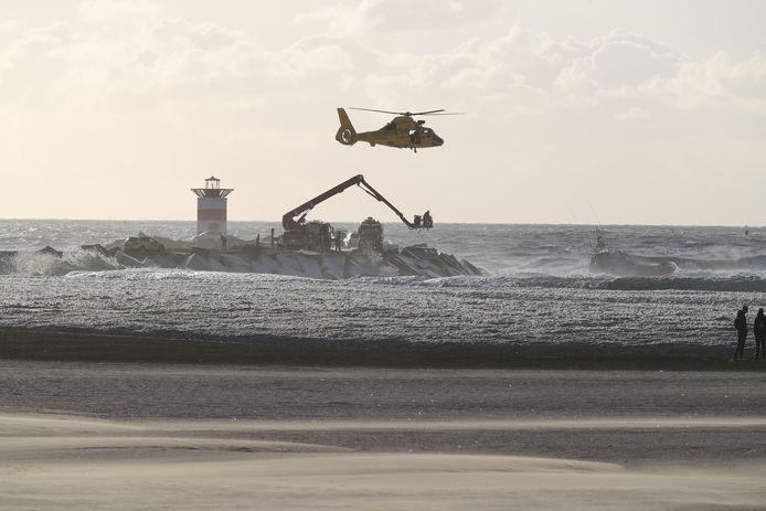De hulpdiensten zoeken in het water naar de vermiste surfers.