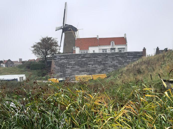 De restauratie van het vier eeuwen oude Blauwe Bolwerk in Zierikzee is klaar. De vestingmuur straalt weer robuustheid uit.
