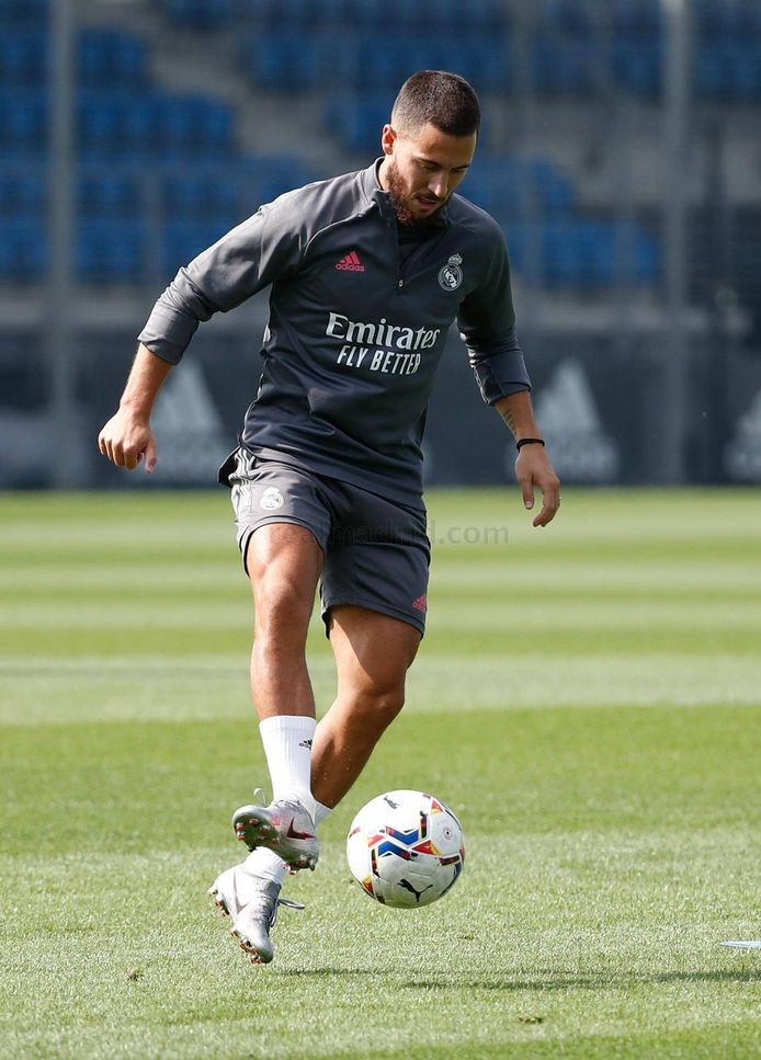 Eden Hazard traint met de bal bij Real Madrid.