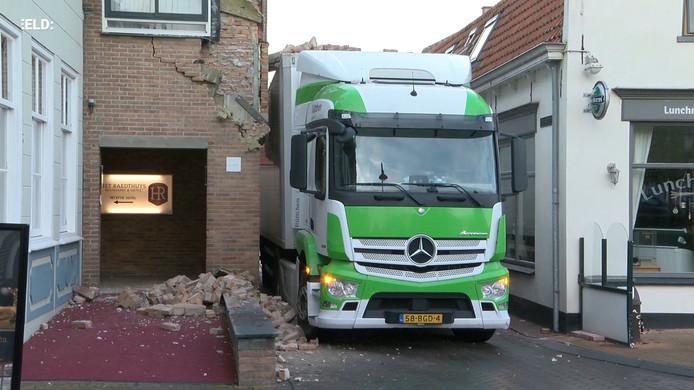 Vrachtwagen negeert inrijverbod en ramt hotel in Sint-Maartensdijk