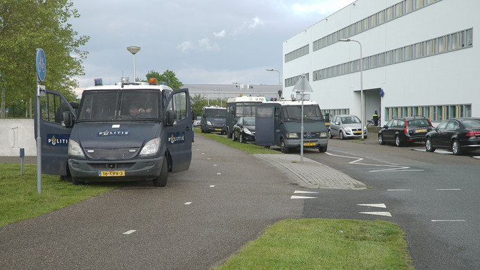 De politie in Deventer maakt zich op voor de finale van de Keuken Kampioen Play-offs tussen Go Ahead Eagles en RKC Waalwijk.