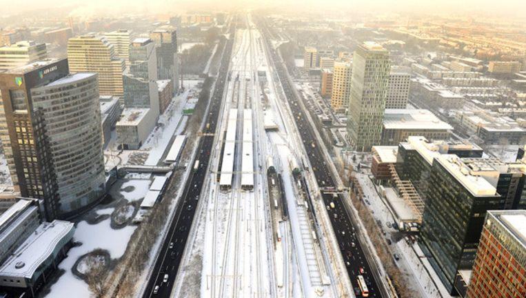 De A10 en een besneeuwd spoor bij de Amsterdamse Zuidas. © ANP Beeld